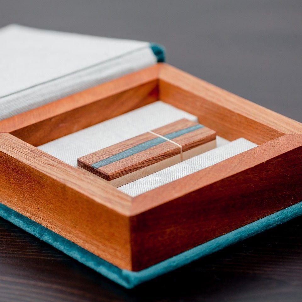 drewniany pendrive w pudełku